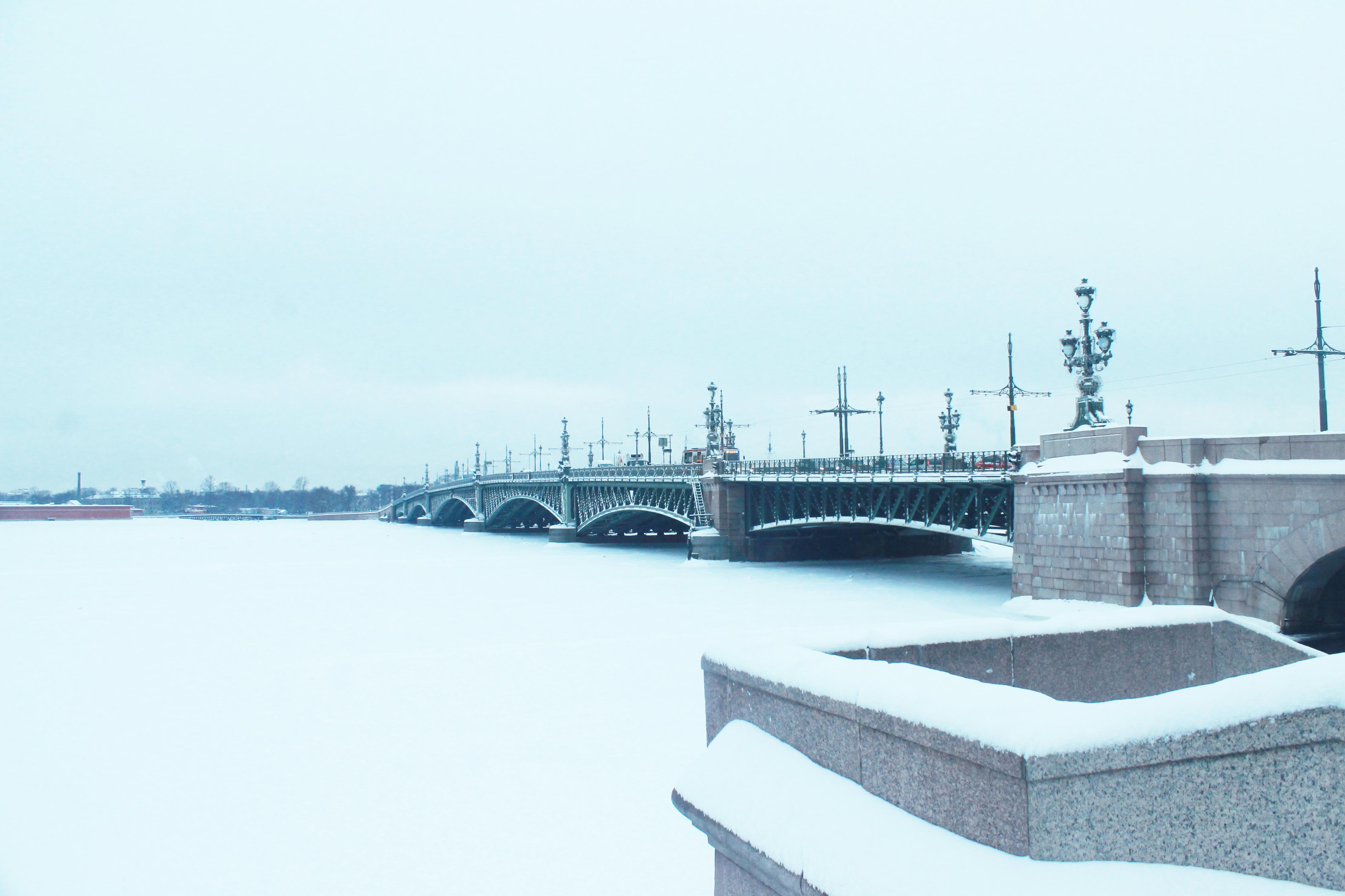 La Neva fotografata in due momenti diversi (gennaio e marzo), ghiacciata in entrambi i casi.